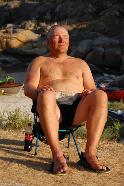 Trond njuter sommarsolen i Bohuslän paddling