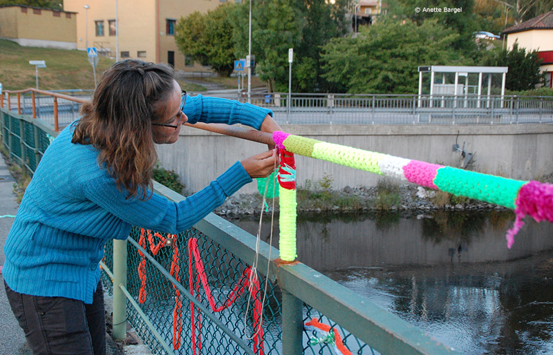Maskor stickade sätts fast på bro
