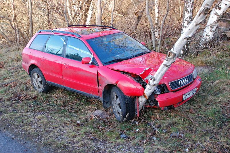 Bil krockad mot träd
