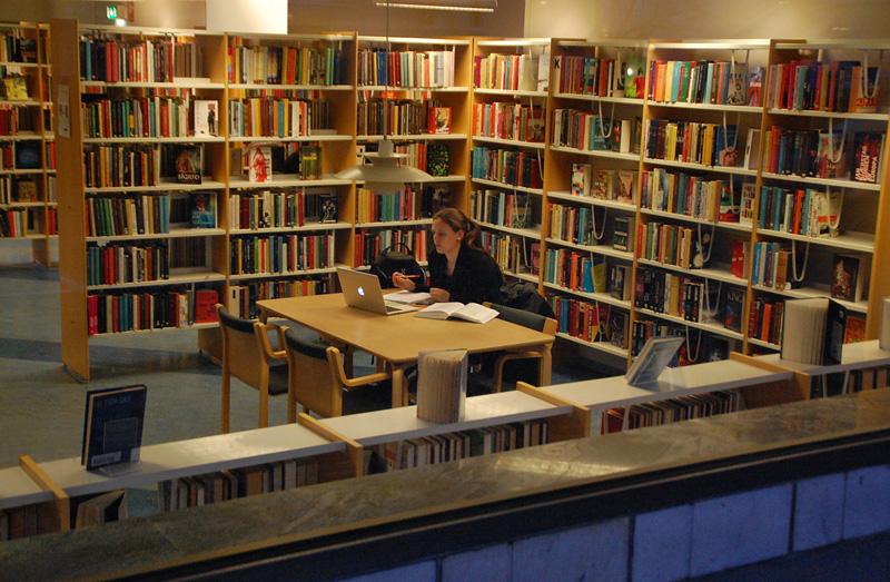 Alingsås stadsbibliotek, läser