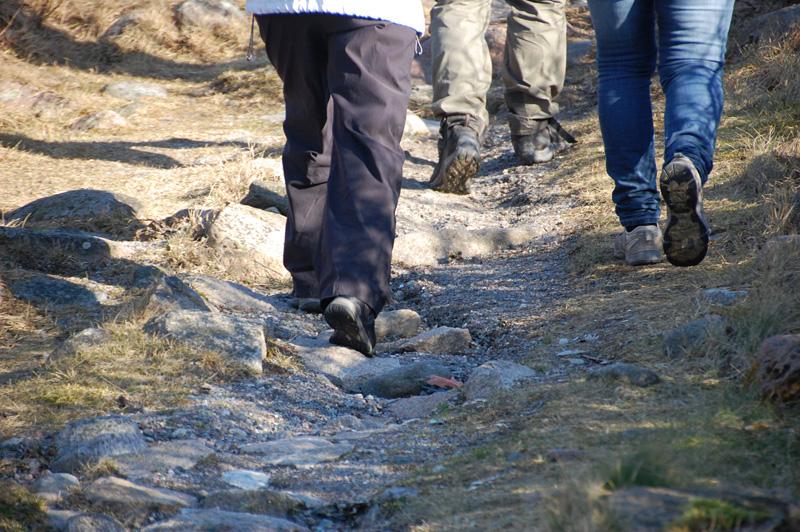 fötter som vandrar på stig