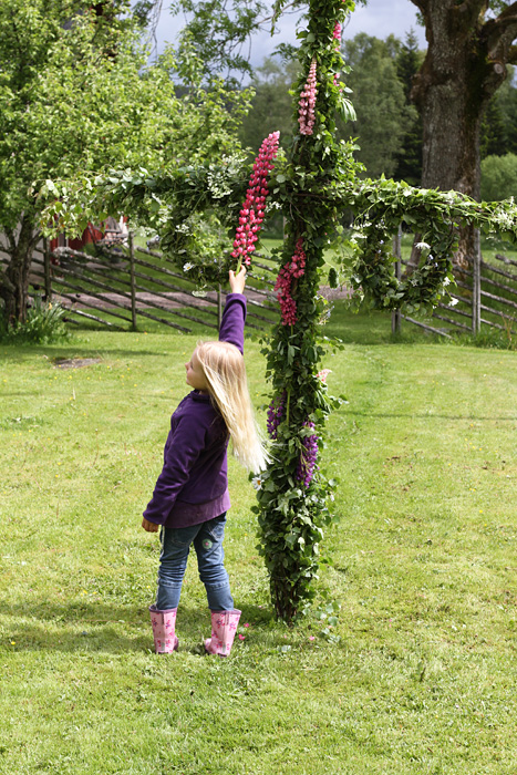 midsommarstång med blommor
