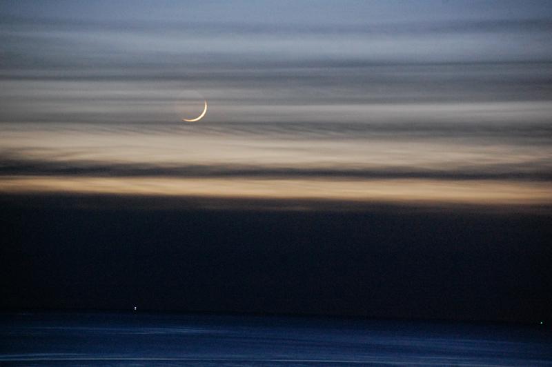 Måne vid solnedgång