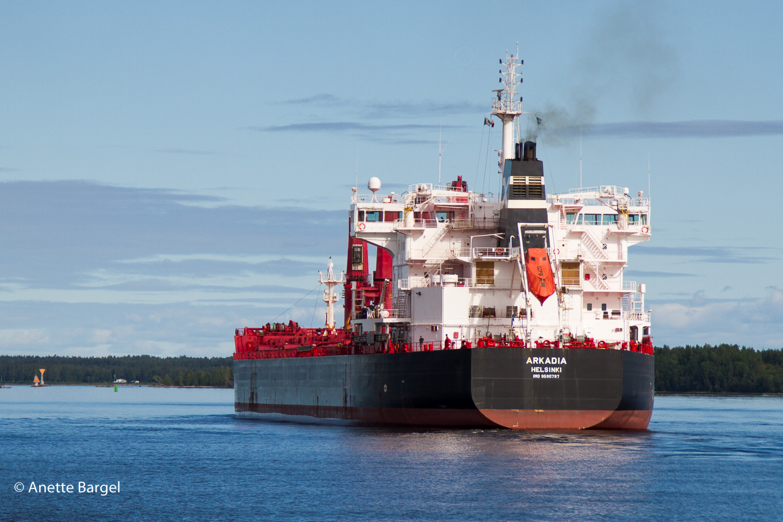 fartyg på väg in till luleå