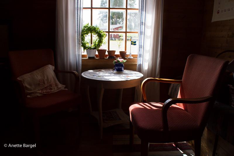 rofyllt rum med utsiktsfåtöljer