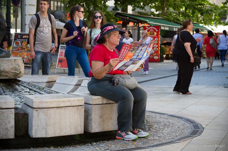 turist läser karta