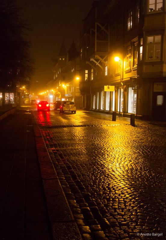 ljus på regnvåt gata