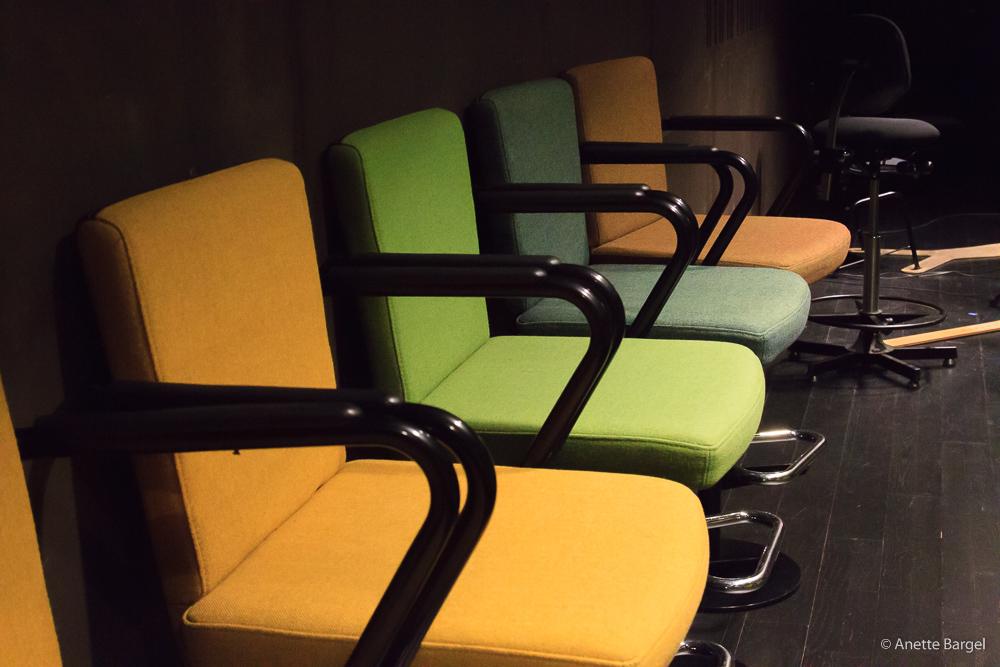 olikfärgade stolar